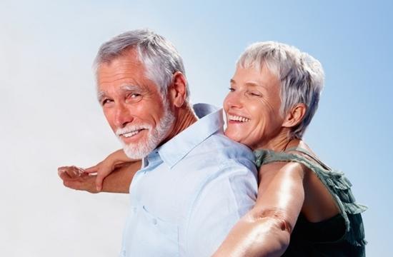 Casal sorrindo | Reabilitação oral | O que é e quais os benefícios?
