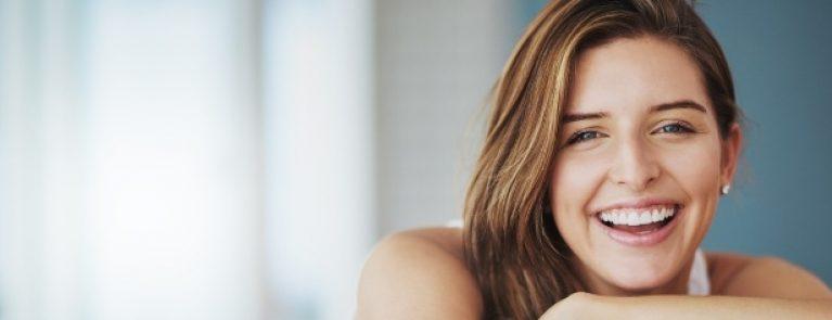 Mulher sorrindo | A importância da prevenção em odontologia