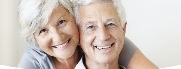 Casal de idosos sorrindo | Implantes dentários | Cuidados no pós-operatório
