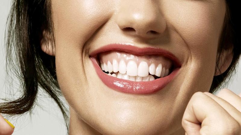 Mulher sorrindo   Gengivite: causas e tratamentos