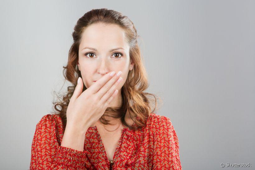 Mulher com a mão na boca | O que fazer quando perder um dente?