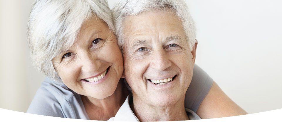 Casal de idosos sorrindo   Implantes dentários   Cuidados no pós-operatório
